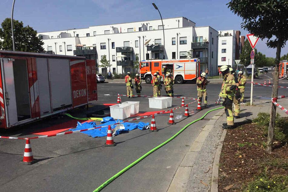 Die Feuerwehr hat einen Dekontaminations-Platz (Dekon) eingerichtet. Wie es zu dem Austreten der Säure gekommen war, konnte die Feuerwehr nicht sagen.