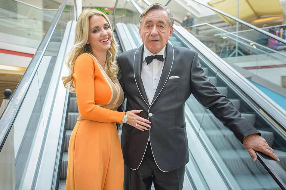 """Noch Ende Oktober posierte Baulöwe Richard Lugner mit Ehefrau Cathy in seinem Wiener Einkaufszentrum """"Lugner City""""."""
