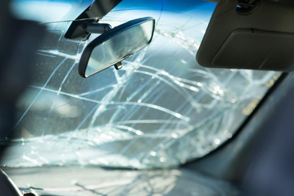 Kratzer und Risse in der Frontscheibe werden nicht von jeder Versicherung gedeckt.