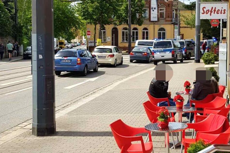 Im Dresdner Stadtteil Mickten rückten mehrere Polizeiautos aus.