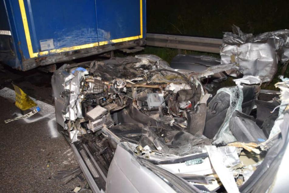 Horror-Crash! BMW-Fahrer kracht in Lkw und stirbt noch an Unfallstelle