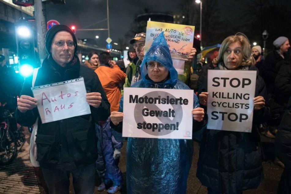 """Nach dem Unfalltod einer Radfahrerin protestierten Berliner gegen """"motorisierte Gewalt""""."""