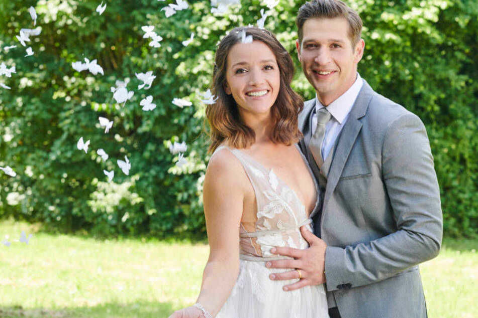 Jenny Steinkamp (Kaja Schmidt-Tychsen) und Deniz Öztürk (Igor Dolgatschew) heiraten.