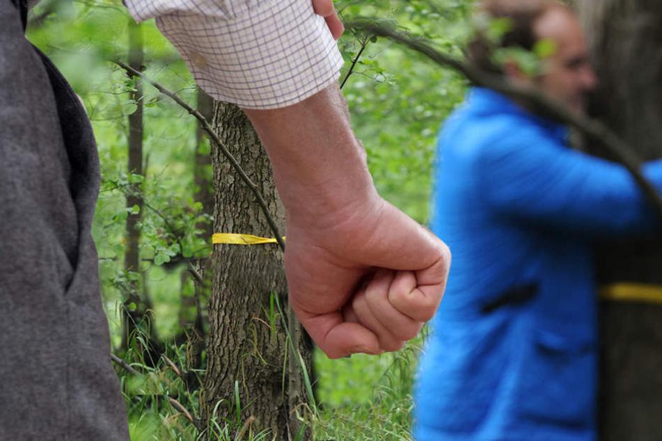 Der 31-Jährige wurde erst an einen Baum gefesselt und dann geschlagen und getreten. (Symbolbild)
