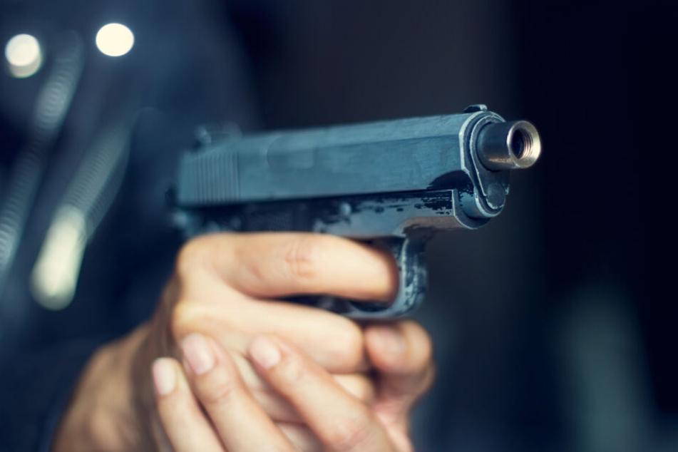 Der Mann soll mit einer Waffe auf die Frau gezielt haben. (Symbolbild)