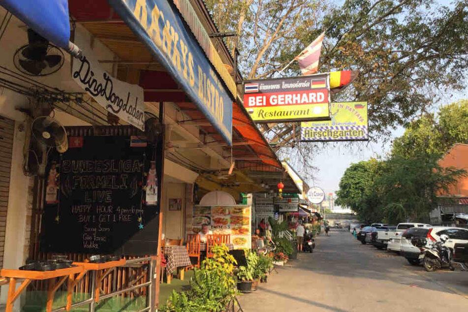 """Schilder weisen auf die Restaurants """"Bei Gerhard"""" und """"Hirschgarten"""" hin."""