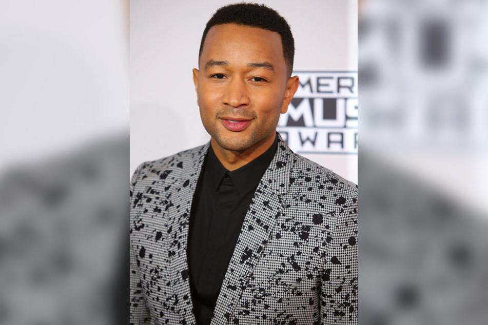 """Mit dem Song """"Love Me Now"""" von John Legend steht Tay mit dem Songwriter gemeinsam auf der Bühne und hofft aufs Weiterkommen."""