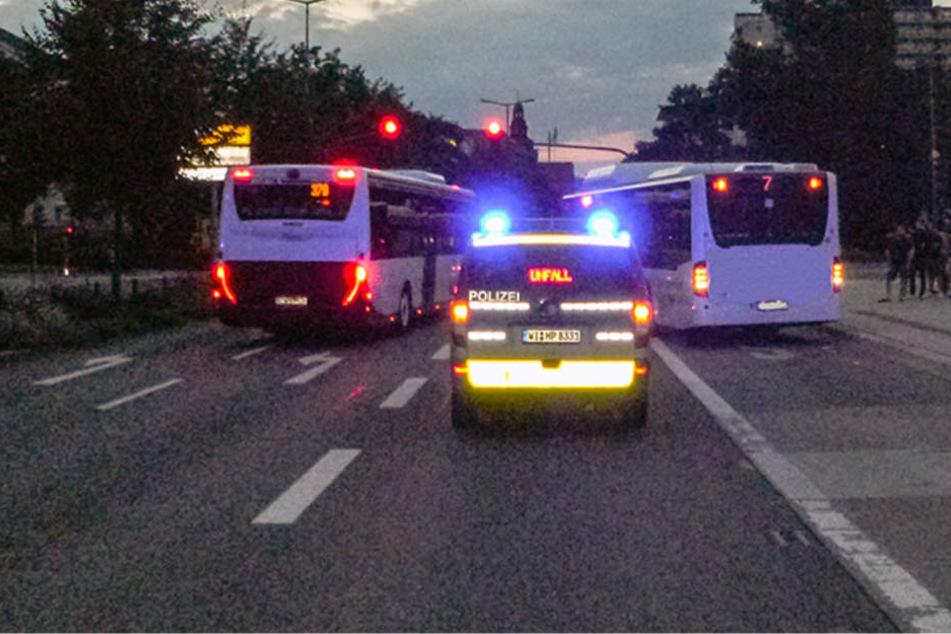 Beide Busse sind nicht mehr fahrbereit, es entstand Sachschaden in Höhe von 85.000 Euro.