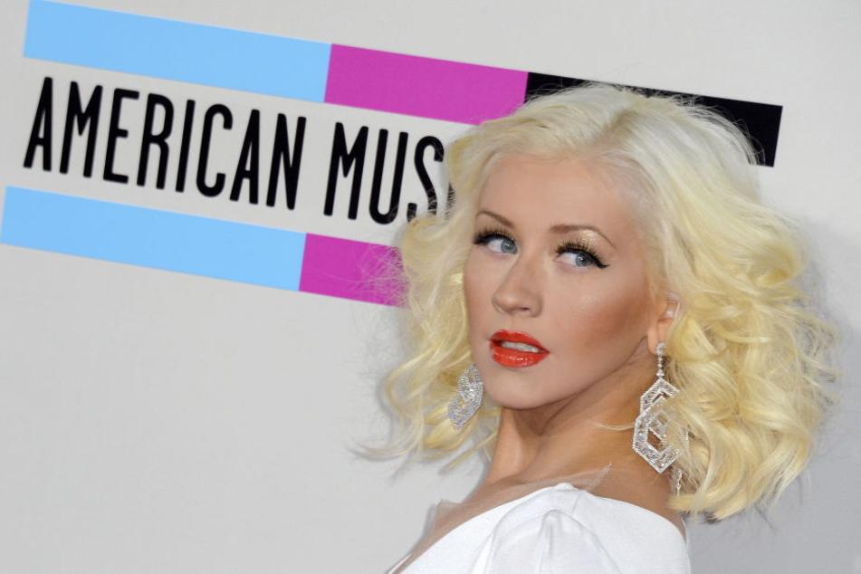 So kennen wir sie: Christina mit hellen Haaren, roten Lippen und dunklem Augen-Make-up.