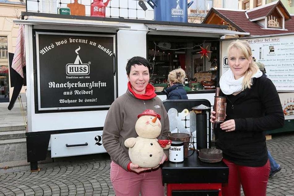 Am Stand von Sindy Sonntag (42, li.) und Silvia Denk (45) Jahre gibt es den Huss-Herd zu kaufen, der bei Youtube zum Star wurde.