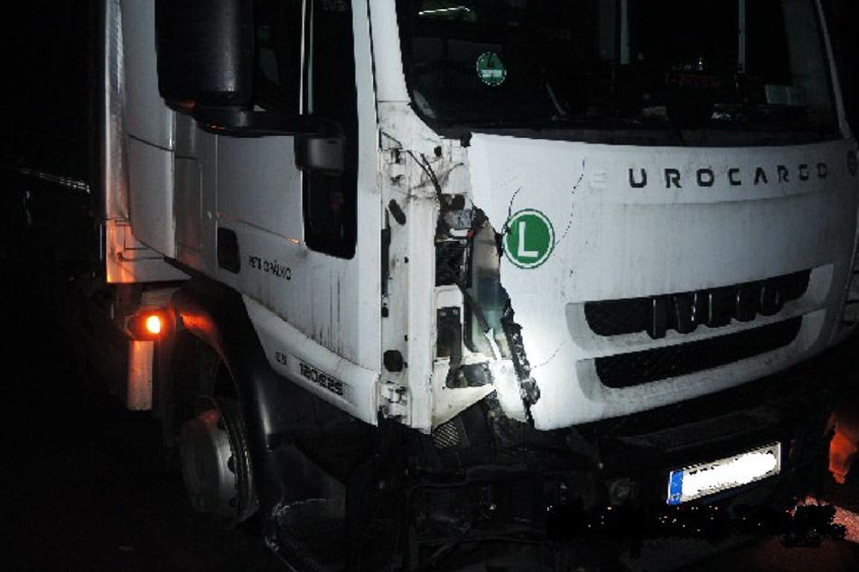 Durch den Aufprall wurde ein Dieseltank des Lkws abgerissen.