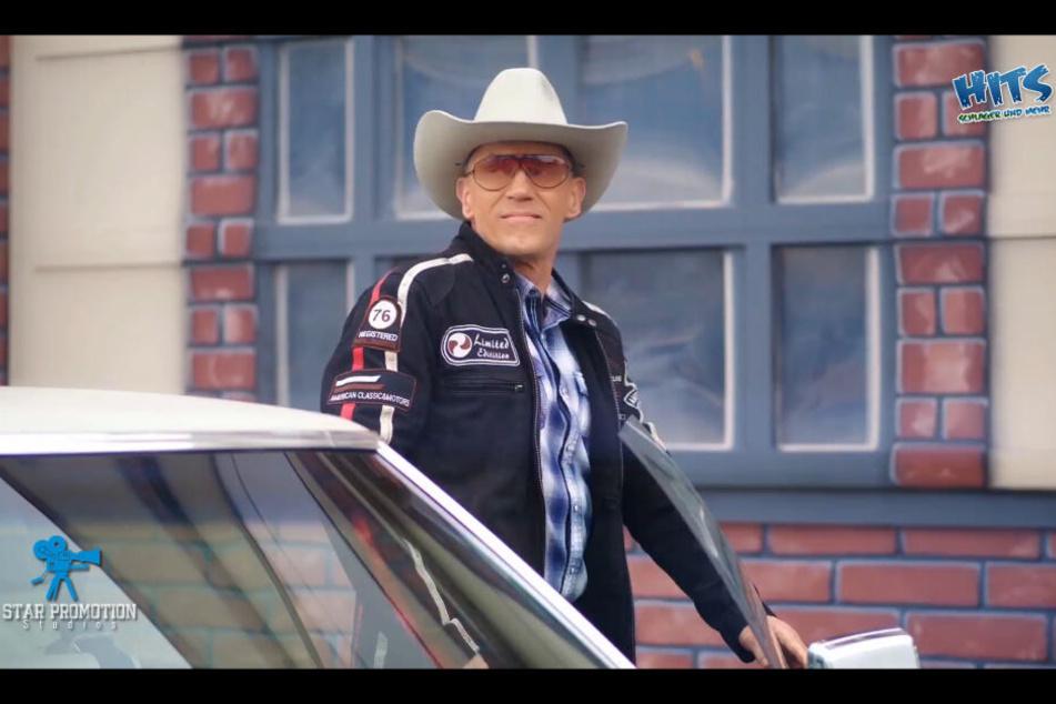 """Andreas als cooler Cowboy im aktuellen Musikvideo """"Mr. Texas""""."""