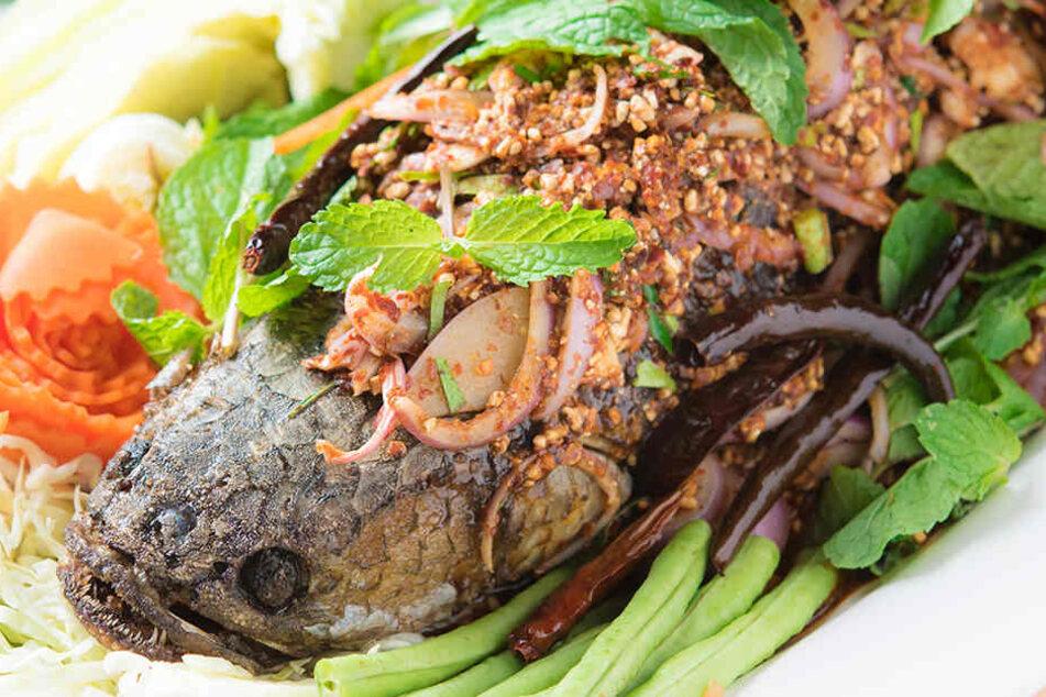 In Thailand offenbar ein beliebtes Lebensmittel: Frittierter Schlangenkopffisch mit Kraut und würziger Soße.