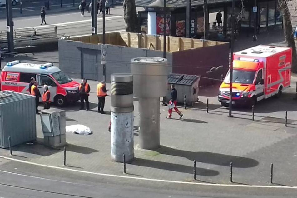 Die Leiche wurde von den Rettungskräften abgedeckt.