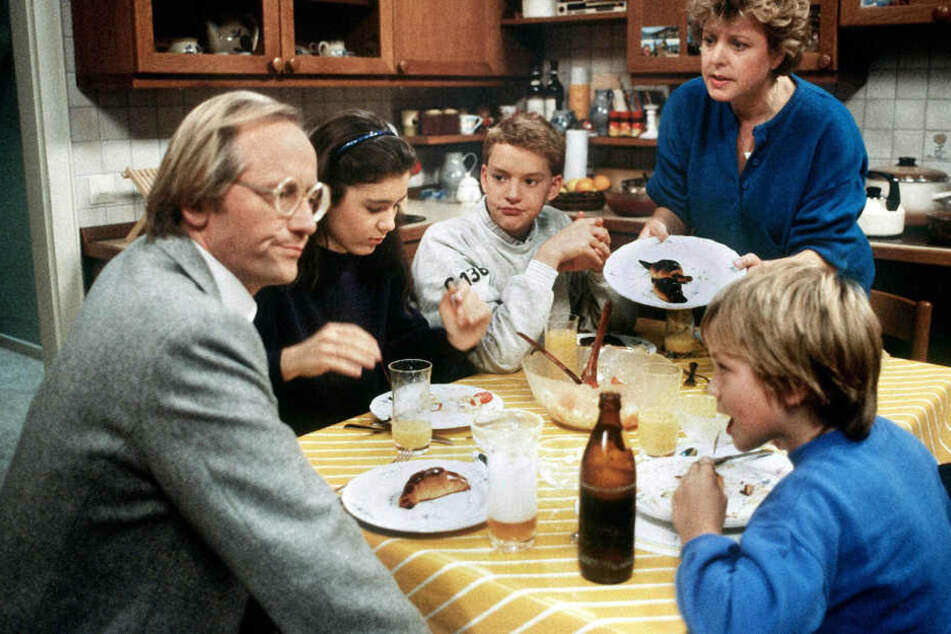 """Ein Bild aus frühen """"Lindenstraßen""""-Tagen (1986): Helga Beimer (Marie-Luise Marjan, hinten rechts) mit ihrem ersten Mann Hans (Joachim Hermann Luger, l) und ihren Kindern (l-r) Marion (Ina Bleiweiß), Benny (Christian Kahrmann) und Klausi (Moritz A. Sachs)"""