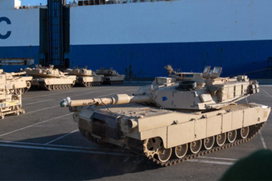 US-Panzer für eine Nato-Operation werden in Bremerhaven vom Schiff entladen.