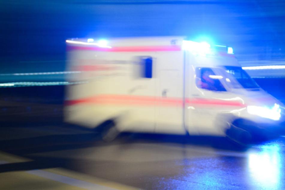 Drei Menschen mussten schwer verletzt in umliegende Krankenhäuser gebracht werden. (Symbolbild).