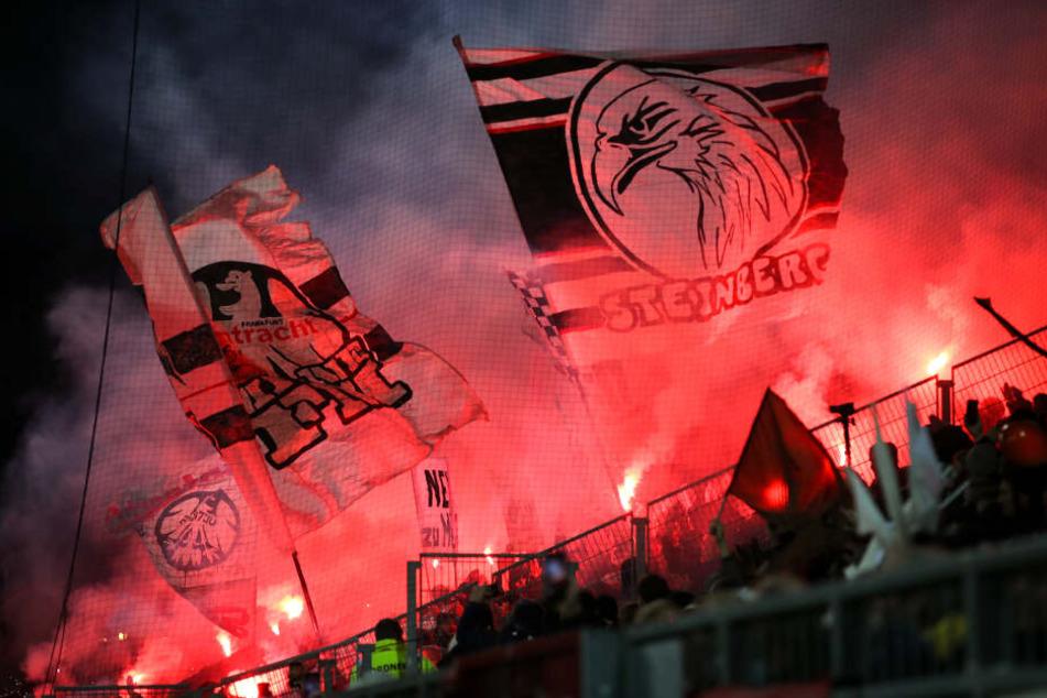 Aufgrund wiederholter Ausschreitungen wurden die Eintracht-Fans für die nächsten beiden Europa-League-Auswärtsspiele gesperrt.