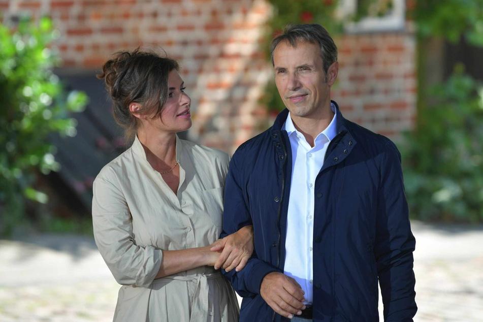 """Schauspielerin Anne Brendler (49) übernimmt in der kommenden Staffel eine der Hauptrollen bei """"Rote Rosen"""". Hier ist sie an der Seite von Stefan Plepp (53) bei Dreharbeiten zu sehen."""