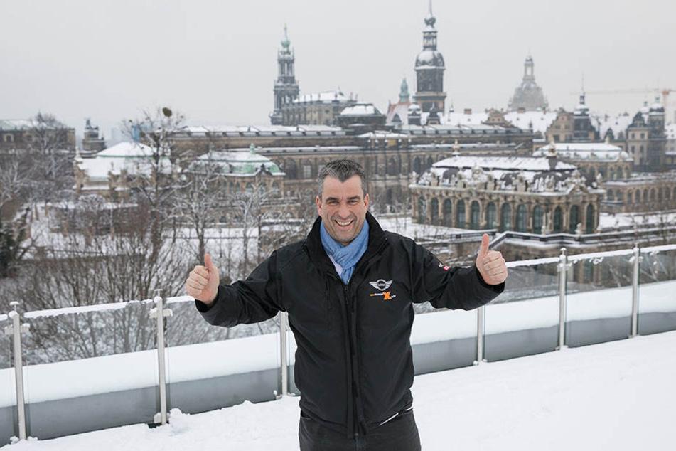 Für diese Aussicht auf Zwinger und Schloss kennt Gerd Kastenmeier (47) nur  ein Zeichen: Daumen hoch.