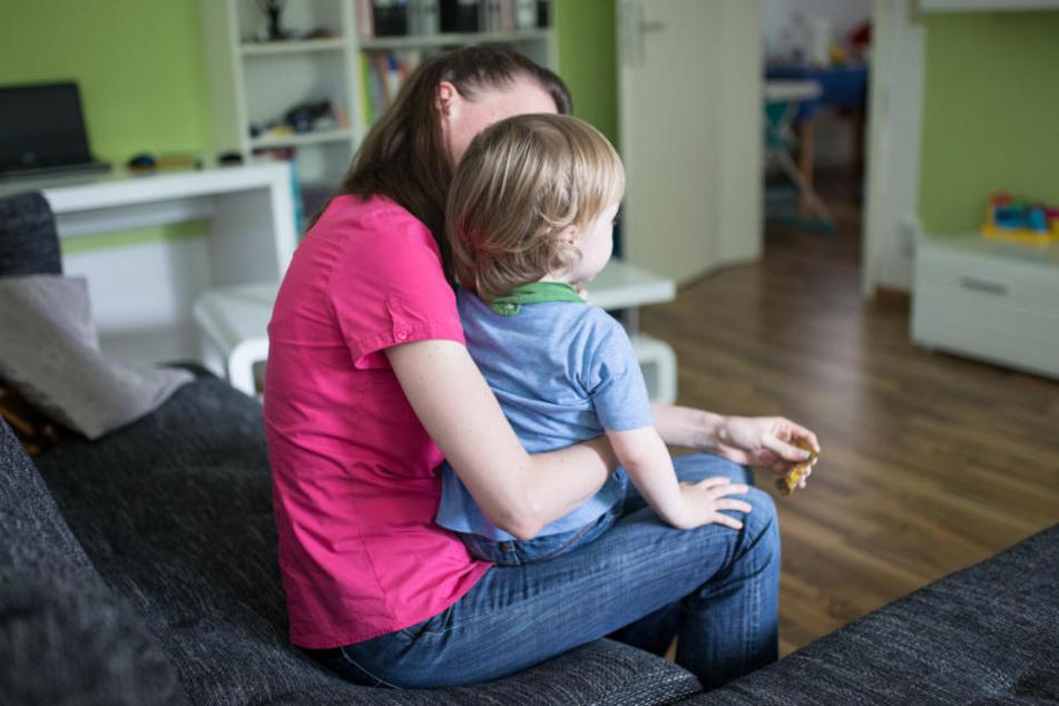 Kinder von alleinerziehenden Müttern sind besonders von Armut betroffen. (Symbolbild)