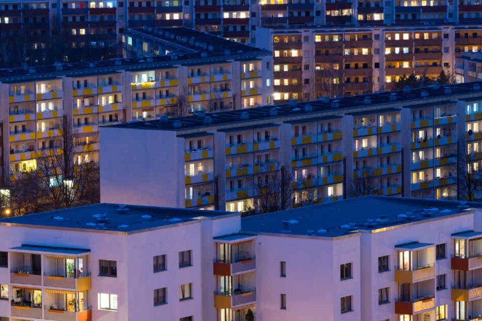 Blick auf Wohnhäuser im Dresdner Neubaugebiet Gorbitz. Künftig werden die Wohngeldzahlungen regelmäßig nach zwei Jahren an die Miet-Entwicklung angepasst.