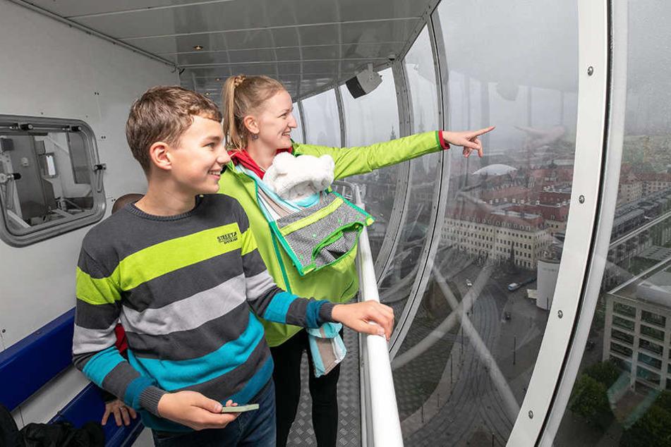 Lindsay genießt mit Baby Lea und Sohn Lucas den Blick auf die Dresdner Altstadt.