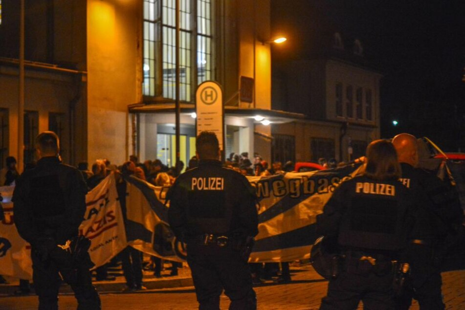 Am Köthener Hauptbahnhof demonstrierten linke Gruppen. Es blieb friedlich.