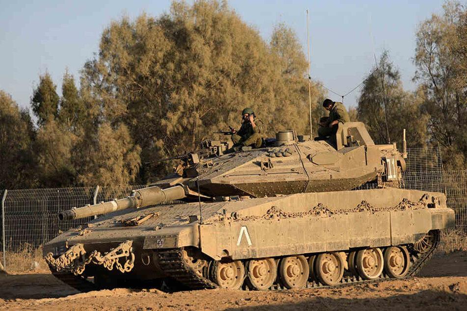 Israelische Soldaten stehen am 30.10.2017 in Israel in der Nähe der Grenze zu Gaza auf einem Panzer.