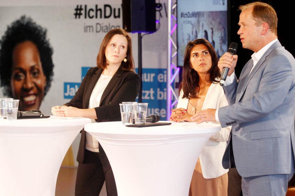 """Moderatorin Asli Sevindim (l), NRW-Staatssekretärin für Integration im Ministerium für Kinder Güler und NRW-Integrationsminister Joachim Stamp (FDP) beteiligen sich an der Veranstaltung """"Werte-Dialog""""."""