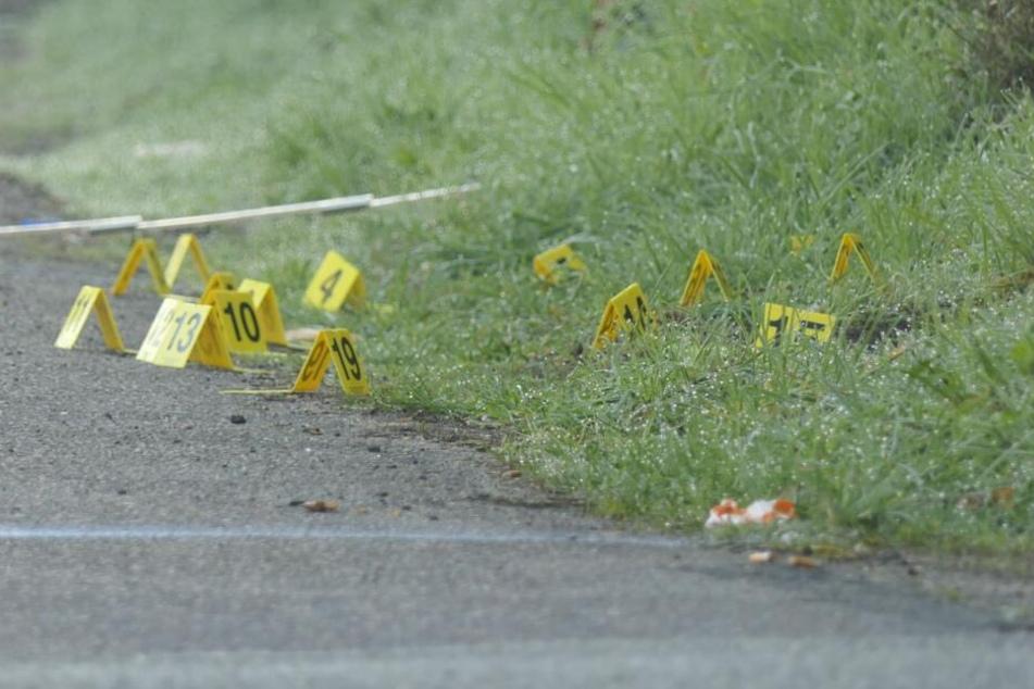 Die Kriminaltechniker markierten am Montagmorgen Spuren der Tat.