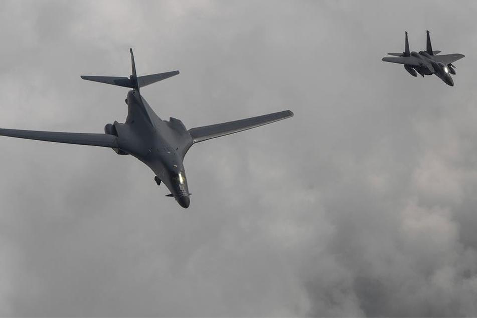 Ein US-Kampfflugzeug sowie ein F-15K Flugzeug Südkoreas starten zu einem gemeinsamen Manöver.