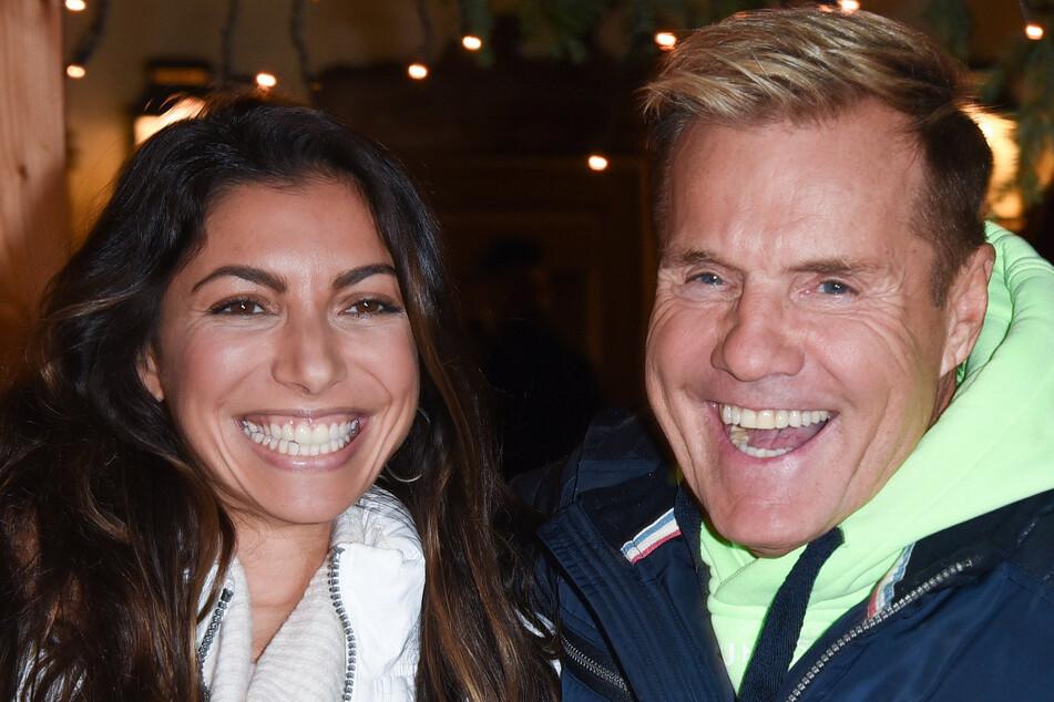 Dieter Bohlen (66) und seine Carina (36) lachen in die Kamera.