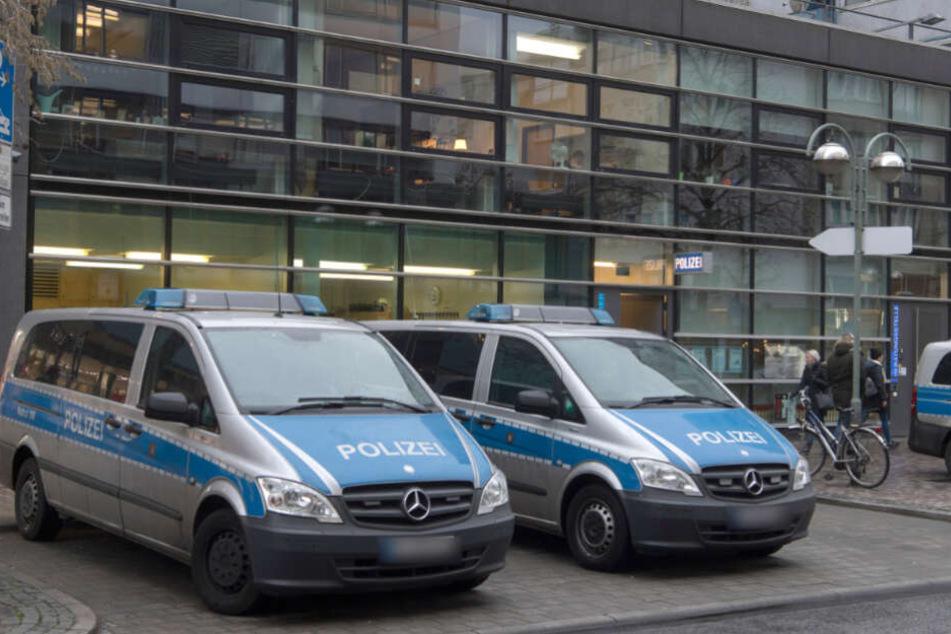 Einsatzwagen stehen vor dem 1. Polizeirevier in der Frankfurter Zeil.