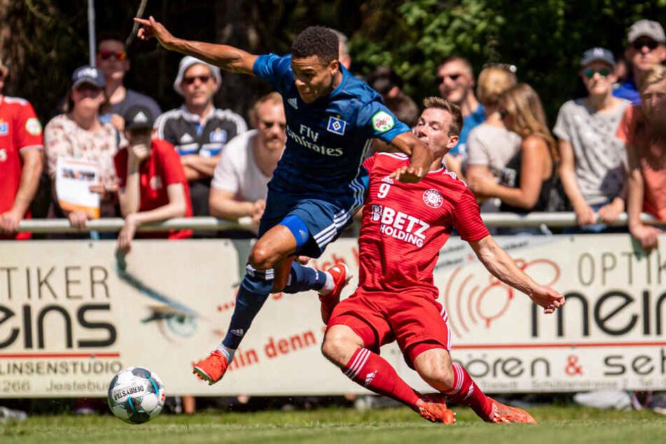 Jan Gyamerah spielte sich dank einer starken Vorbereitung, wie hier gegen den Oberligisten TSV Buchholz, in die Startelf des HSV.