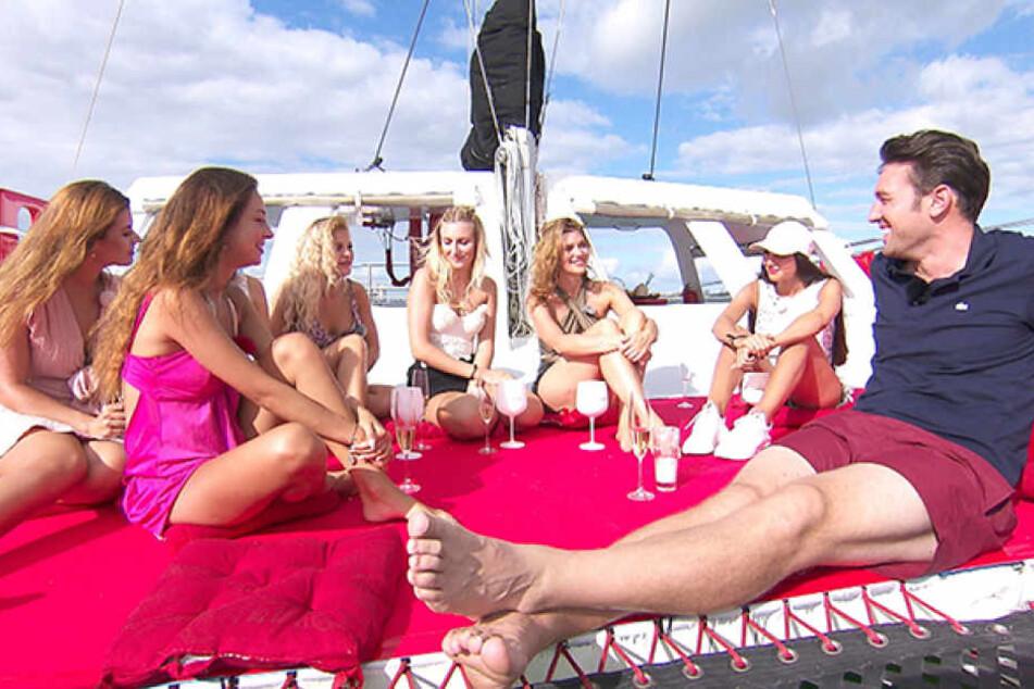 Traumhaft! Bei einem Gruppendate auf dem Katamaran fühlt Bachelor Daniel (32) den Mädels so richtig auf den Zahn.