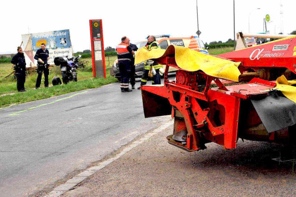 Motorrad kracht in Mähwerk von Traktor: Fahrer schwer verletzt