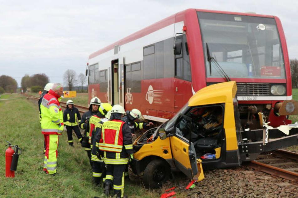Postauto wird von Zug erwischt: Fahrer (31) schwer verletzt