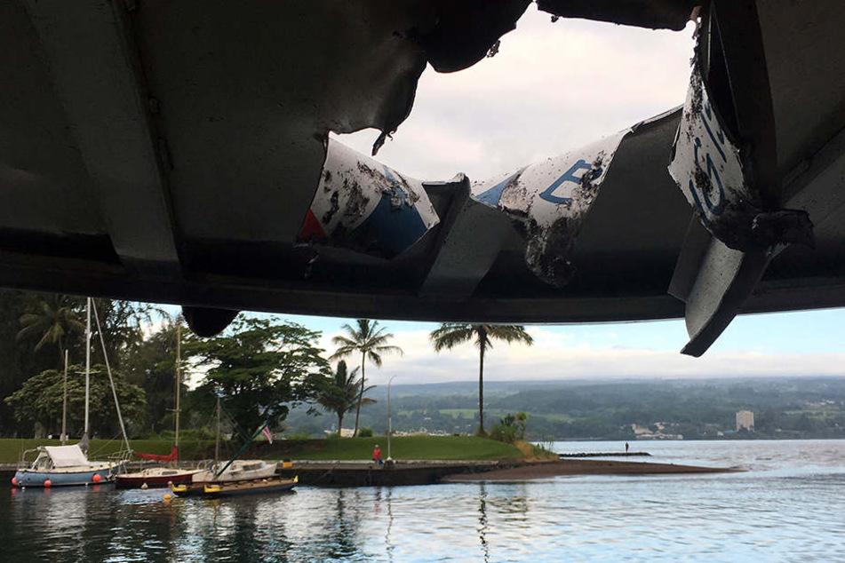 Der Lavabrocken riss ein riesiges Loch in das Dach des Tourbootes.