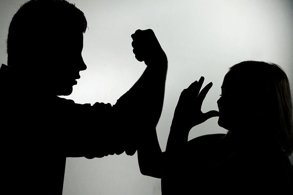 Ein 34-Jähriger schlug völlig betrunken auf seine Mutter (63) ein. (Symbolbild)