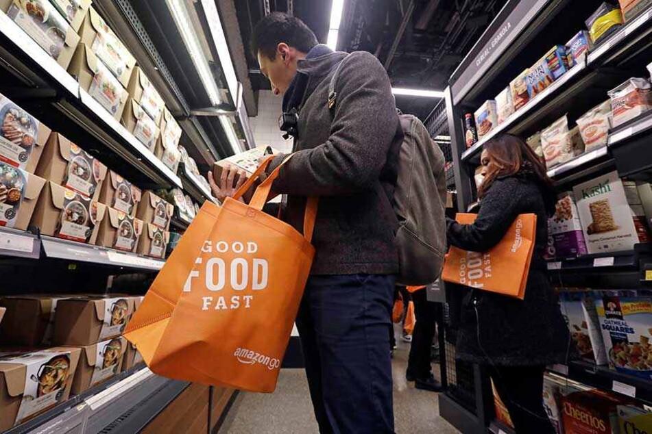 Kunden beim Einkauf im Amazon-Go-Store in Seattle