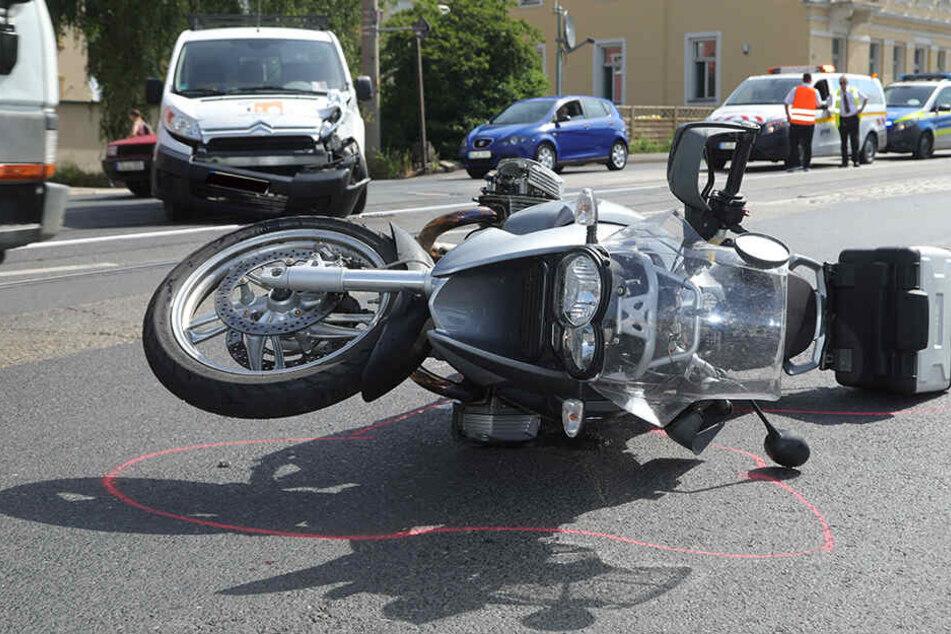 Der Biker stürzte und wurde verletzt.