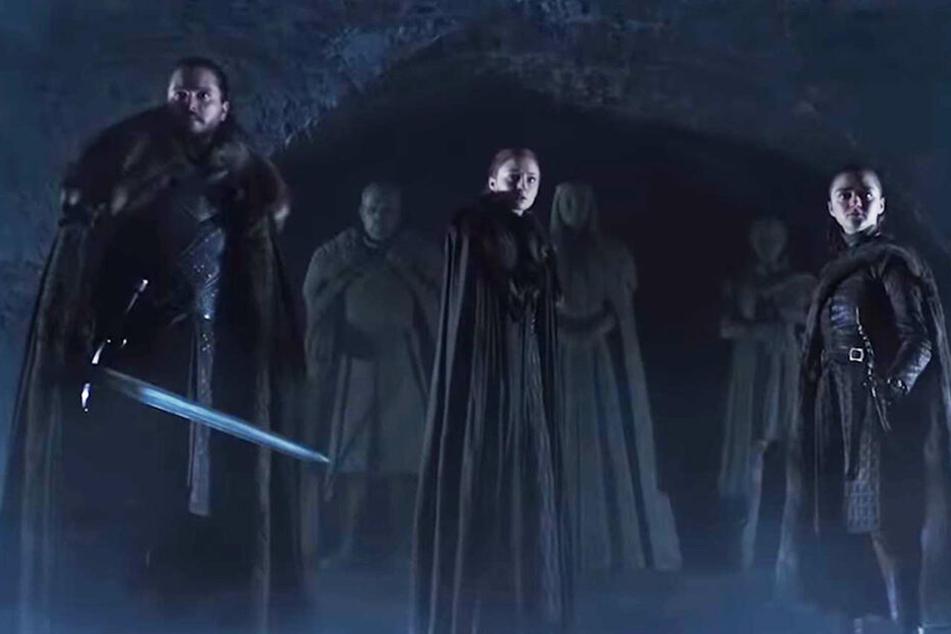 Jon Schnee (l., Kit Harington), Sansa Stark (M., Sophie Turner) und Arya Stark (Maisie Williams) stellen sich der aufkommenden Gefahr gemeinsam als Familie.
