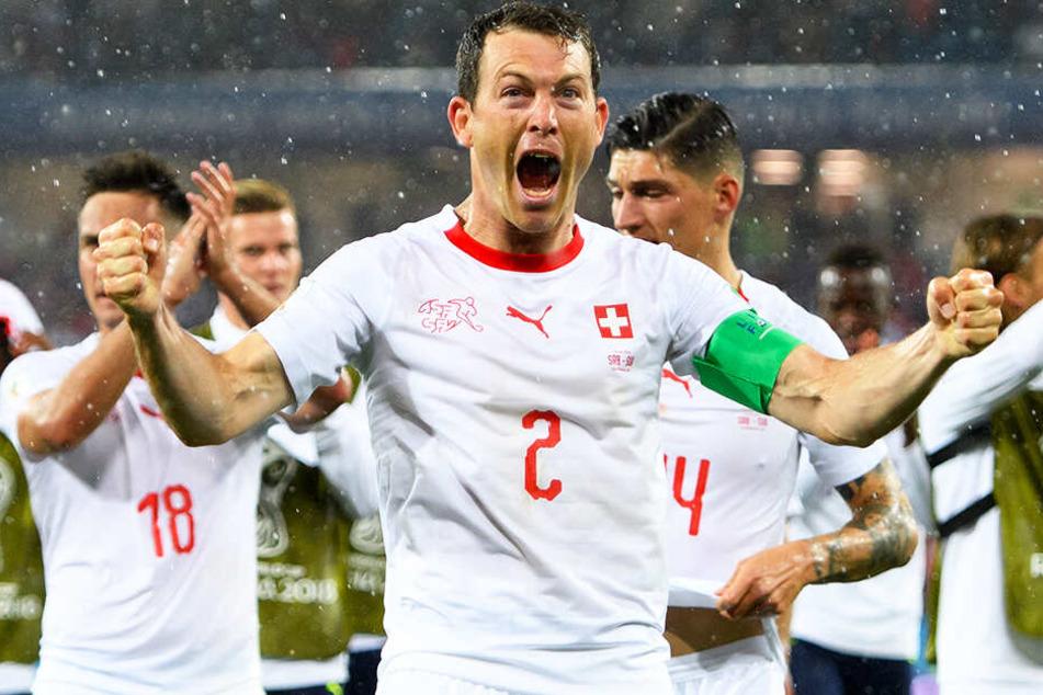 Jaaaa! Der 105-fache Schweizer Nationalspieler Stephan Lichtsteiner hat beim FC Augsburg einen Einjahresvertrag unterschrieben.
