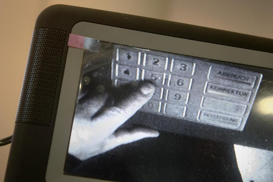 Mit einer Mini-Kamera wird das Tastenfeld eines Bankautomaten beobachtet. (Symbolbild)