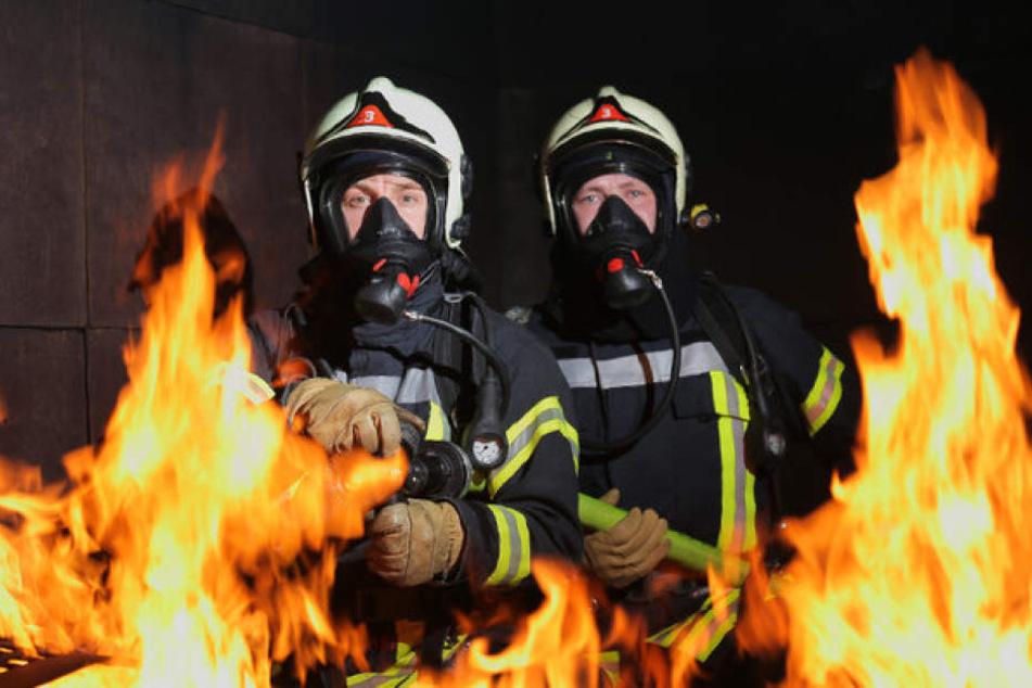 """Start der zweiten Staffel: Die WDR-Serie """"Feuer & Flamme"""" hat die Feuerwehr Gelsenkirchen bei echten Einsätzen begleitet."""