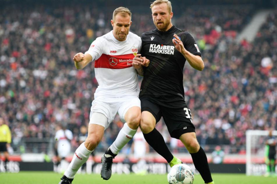 Holger Badstuber (l.) vom VfB Stuttgart in Aktion gegen Philipp Hofmann (r.) vom Karlsruher SC.