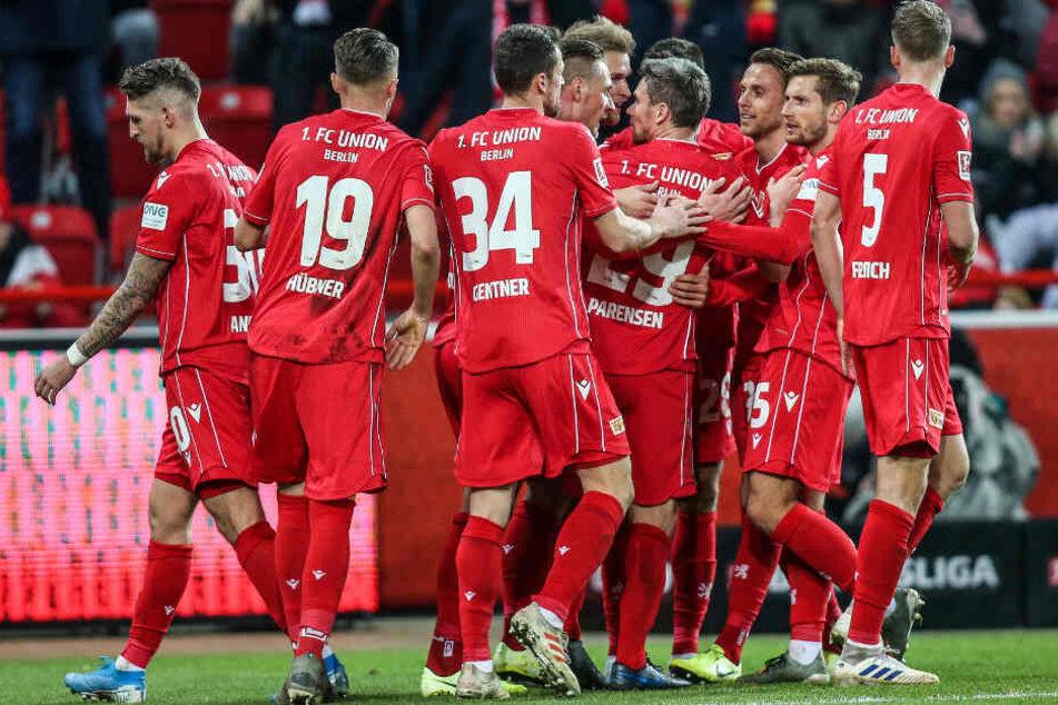 Unions Spieler jubeln in einer Traube nach dem 1:0 durch Sebastian Andersson.