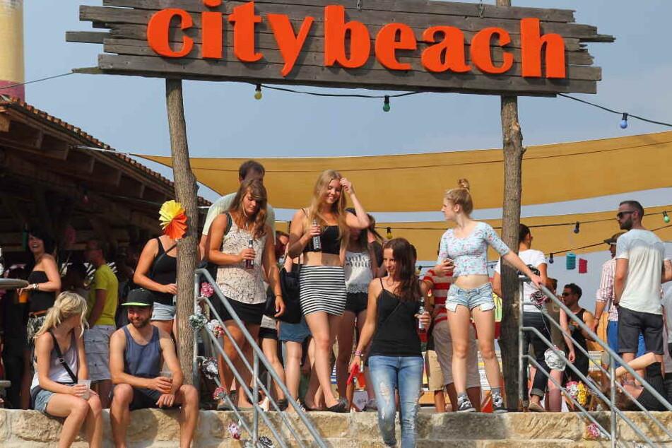Der Citybeach am Pieschener Elbufer. Regelmäßig finden hier auch Partys statt.