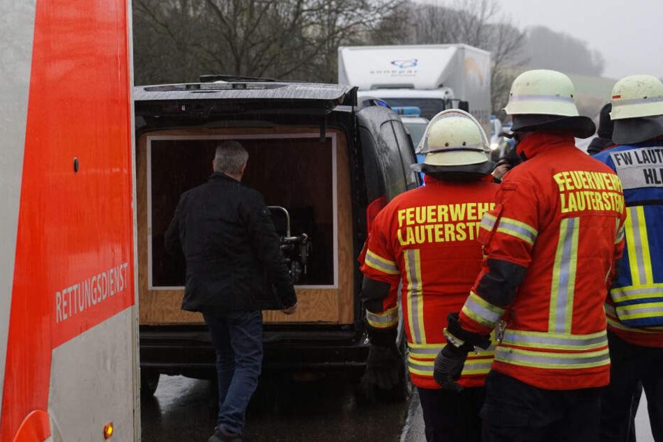 Eine Frau verstarb. Ihre Leiche wird in diesem Wagen abtransportiert.